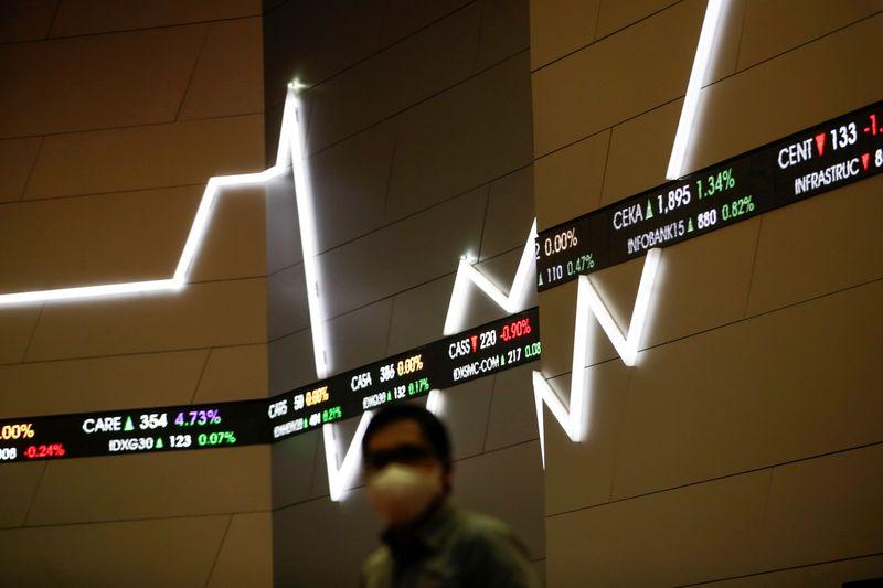© Reuters. PRUDENCE SUR LES ACTIONS SUR FOND D'INCERTITUDES, SELON NEUFLIZE OBC