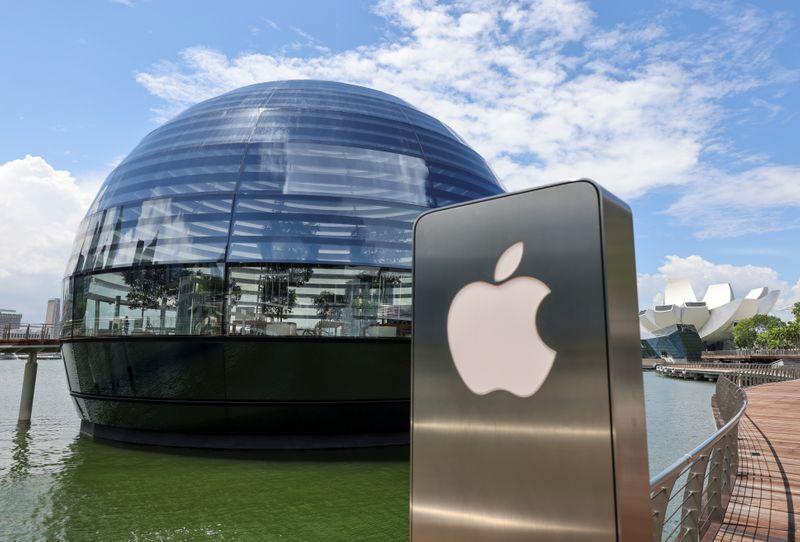 © Reuters. Foto de archivo del logo de Apple en una tienda en Marina Bay Sands, Singapur