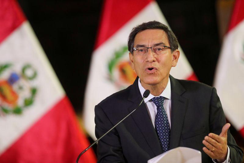 © Reuters. FOTO DE ARCHIVO: El presidente de Perú, Vizcarra, habla a la nación en el palacio de gobierno de Lima