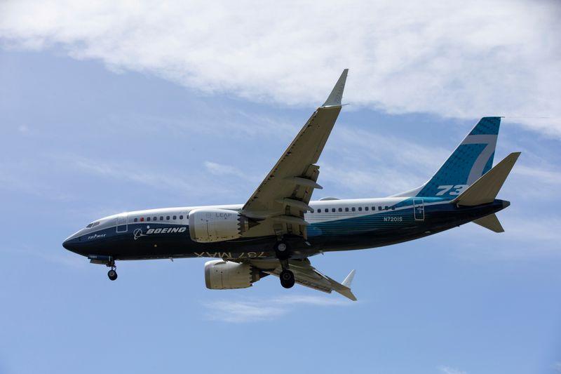 © Reuters. FOTO DE ARCHIVO: Un avión Boeing 737 MAX aterriza en el Boeing Field en Seattle después de un vuelo de prueba