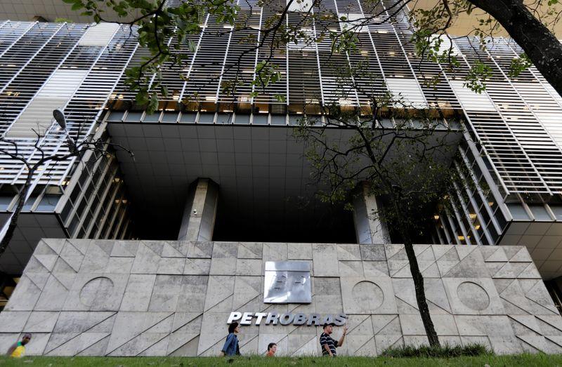 © Reuters. Brazil's state-run Petrobras oil company headquarters is pictured in Rio de Janeiro