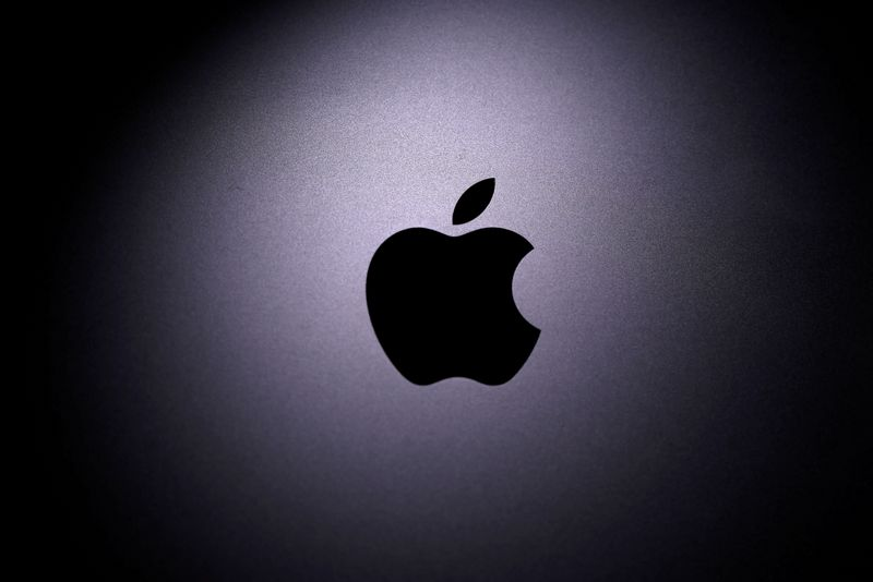 © Reuters. FILE PHOTO: Apple logo is seen on the Macbook in this illustration taken