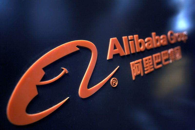 © Reuters. FOTO DE ARCHIVO: Un logotipo del Grupo Alibaba puede verse en una exhibición durante el Congreso Mundial de Inteligencia en Tianjin