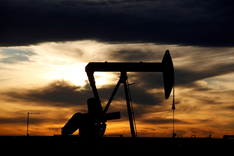 © Reuters. FILE PHOTO: The sun sets behind a crude oil pump jack on a drill pad in the Permian Basin in Loving County