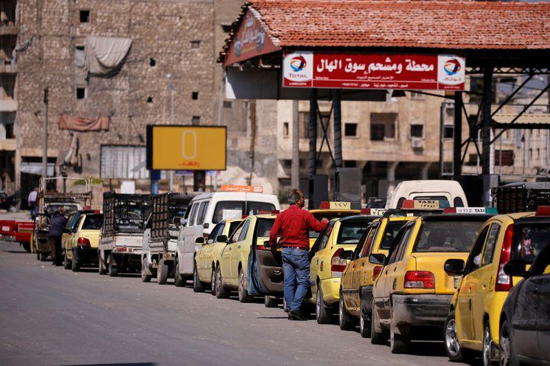 © Reuters. سوريا: العقوبات الأمريكية وراء الأزمة الحادة في الوقود
