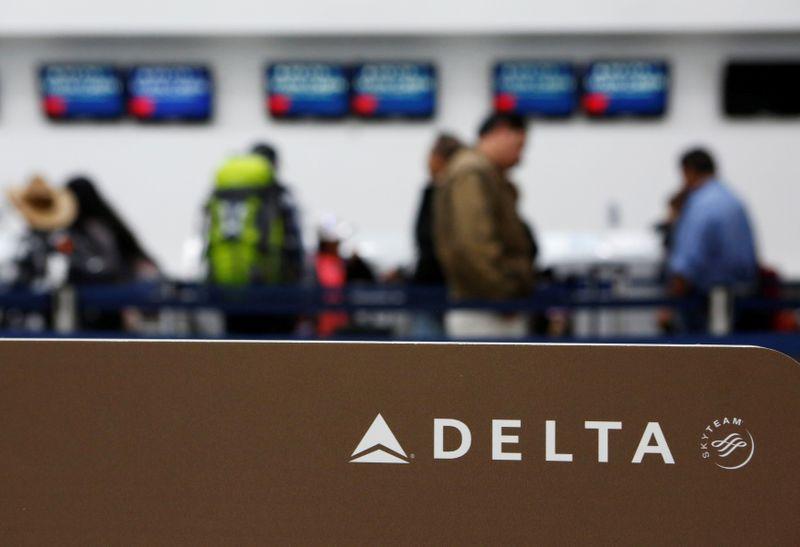 © Reuters. Логотип Delta Air Lines в аэропорту Мехико