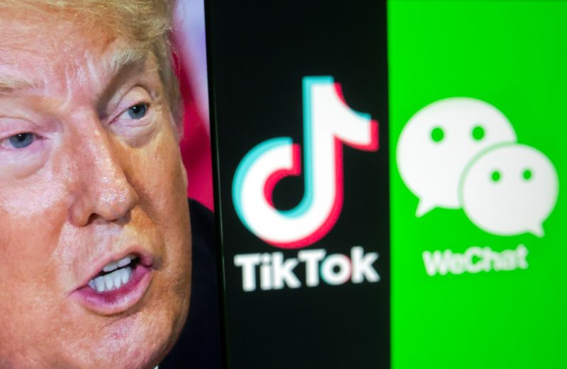 © Reuters. A picture of U.S. President Donald Trump is seen on a smartphone in front of displayed Tik Tok and WeChat logos in this illustration