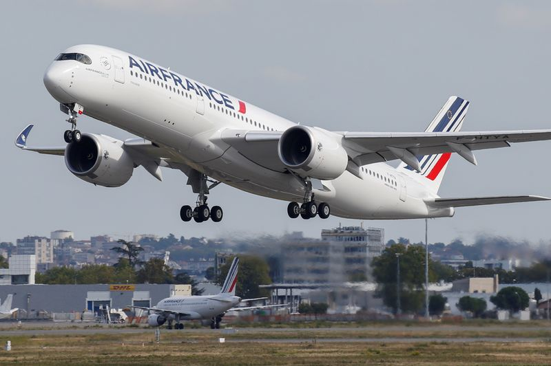 © Reuters. FILE PHOTO: The first Air France airliner's Airbus A350 takes off after a ceremony at the aircraft builder's headquarters in Colomiers near Toulouse