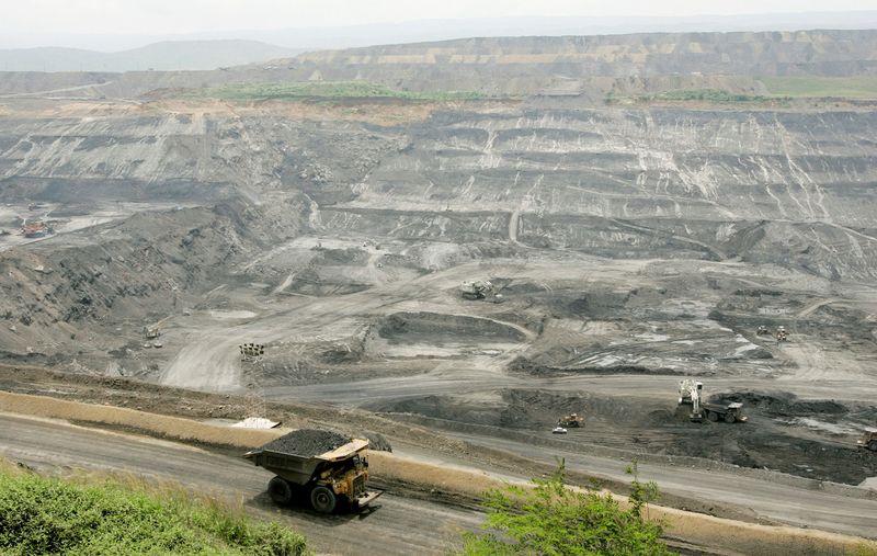 © Reuters. FILE PHOTO: A mining truck transports coal at a mine near Barrancas, Guajira province