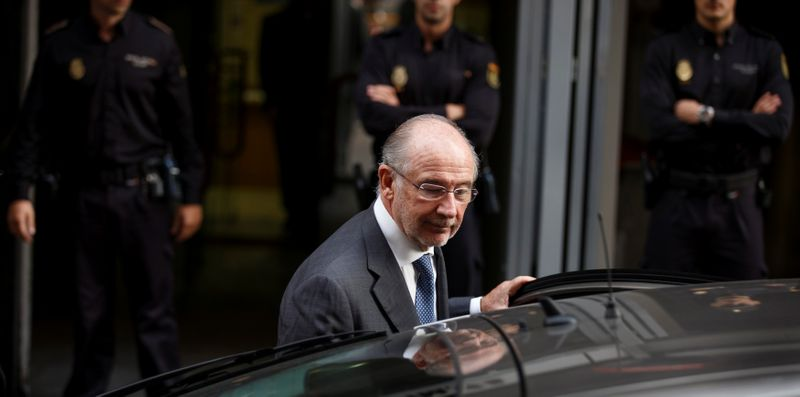 © Reuters. Rato leaves the High Court after being questioned by a judge investigating the alleged use of Caja Madrid credit cards for personal expenses in Madrid