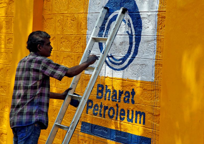 © Reuters. FILE PHOTO: A man paints the logo of oil refiner Bharat Petroleum Corp on a wall on the outskirts of Kochi, India