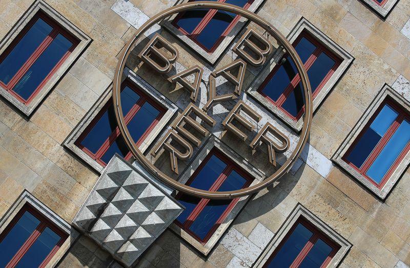 © Reuters. BAYER VA PASSER UNE LOURDE CHARGE DE DÉPRÉCIATION ET ENCORE RÉDUIRE SES COÛTS