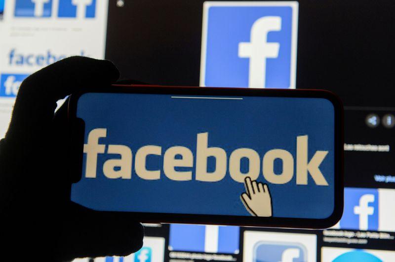 © Reuters. FILE PHOTO: Facebook logos