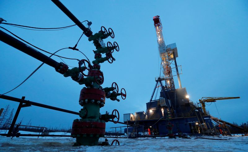 © Reuters. FILE PHOTO: A well head and drilling rig in the Yarakta oilfield in Russia