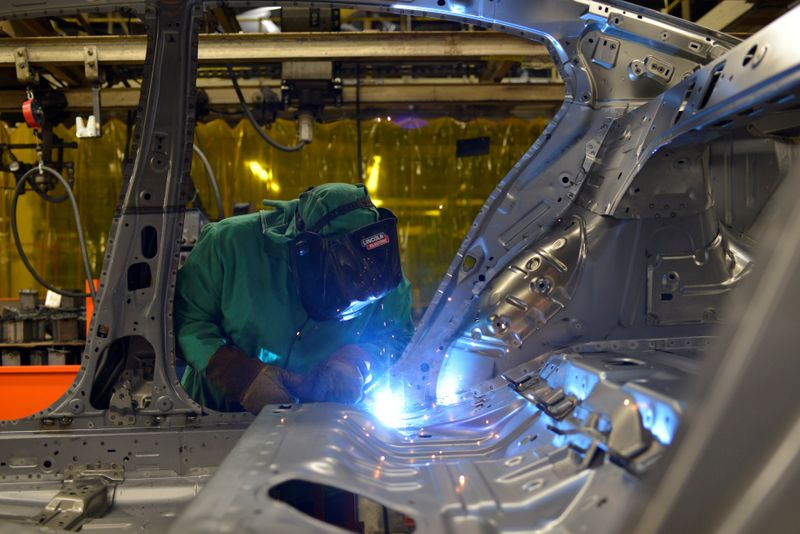 © Reuters. FILE PHOTO: Line workers spot weld parts of the frame on the flex line at Nissan Motor Co's automobile manufacturing plant in Smyrna Tennessee