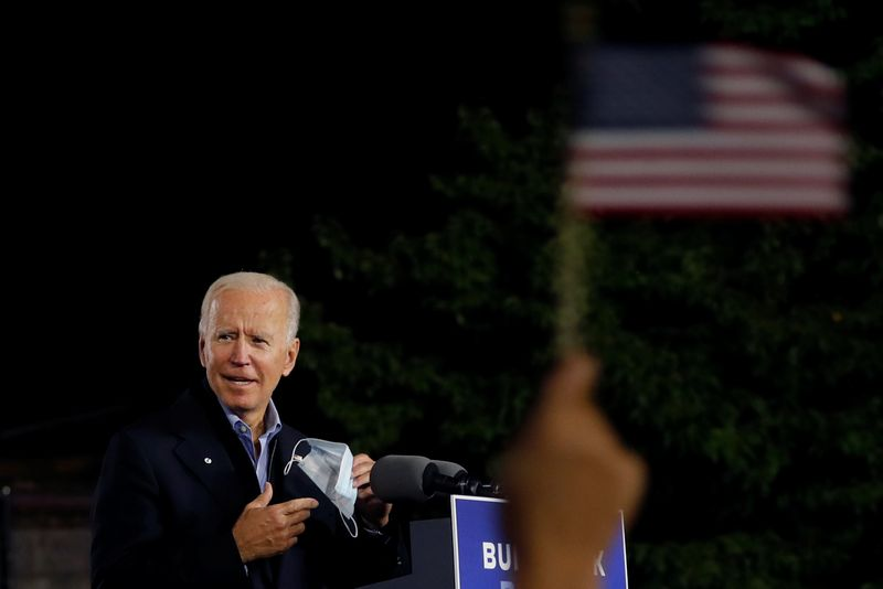 © Reuters. U.S. Democratic presidential candidate and former Vice President Joe Biden campaigns in Johnstown