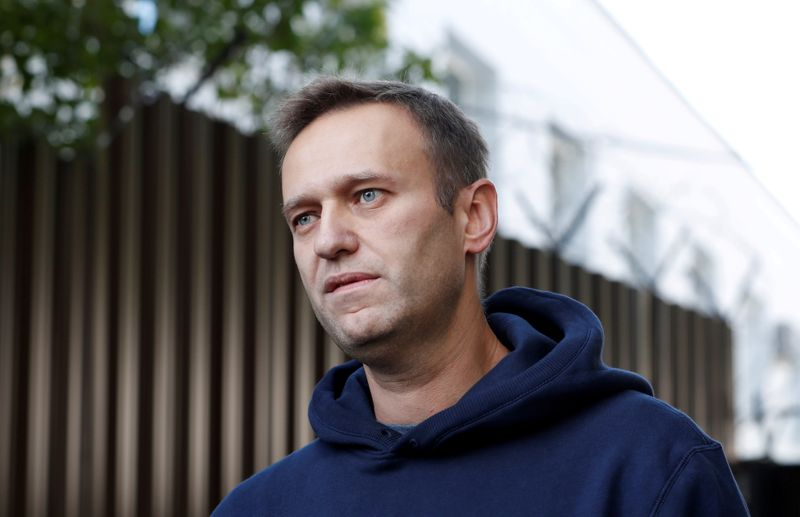 © Reuters. FILE PHOTO: Russian opposition leader Navalny speaks with journalists outside a detention centre in Moscow