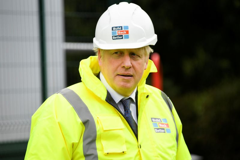 © Reuters. Britain's Prime Minister Boris Johnson visits the Conway Heathrow Asphalt & Recycling Plant construction site in London