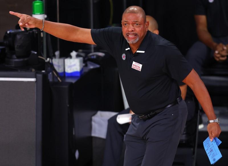 © Reuters. FILE PHOTO:  NBA: Playoffs-Los Angeles Clippers at Dallas Mavericks