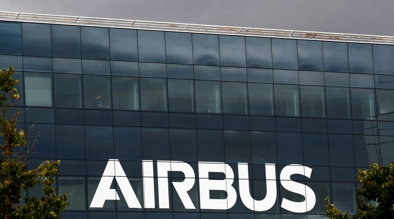 © Reuters. FILE PHOTO: Airbus logo at the Airbus Defence and Space facility in Elancourt