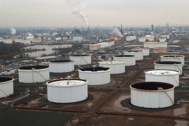 © Reuters. General view of oil tanks and the Bayway Refinery of Phillips 66 in Linden