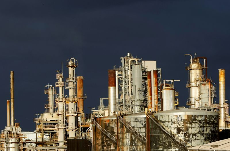 © Reuters. FILE PHOTO: A view of the Mobil oil refinery at Altona in Melbourne