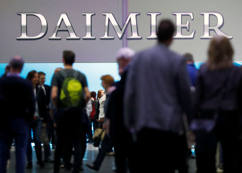 © Reuters. The Daimler logo is seen before the Daimler annual shareholder meeting in Berlin