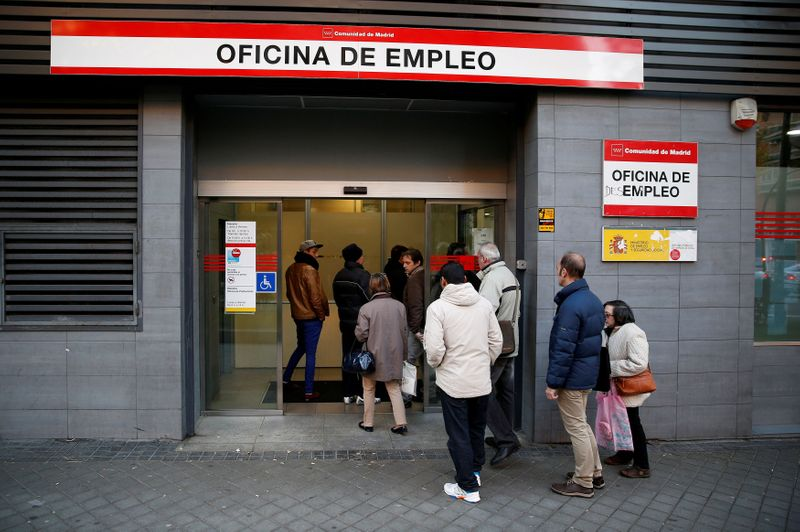© Reuters. FILE PHOTO: File photo of people entering a government-run employment office in Madrid, Spain