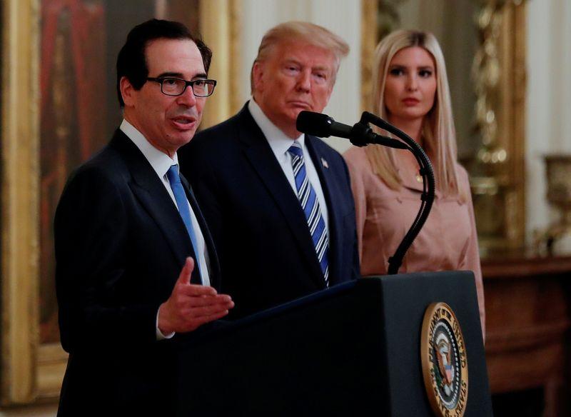 © Reuters. FILE PHOTO: U.S. President Trump hosts coronavirus response event at the White House in Washington