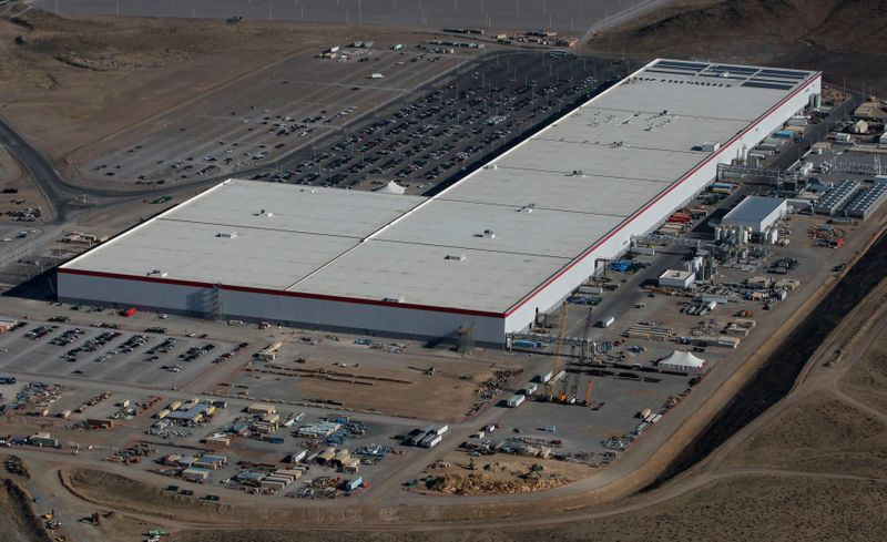 © Reuters. FILE PHOTO: Aerial view of the Tesla Gigafactory near Sparks, Nevada