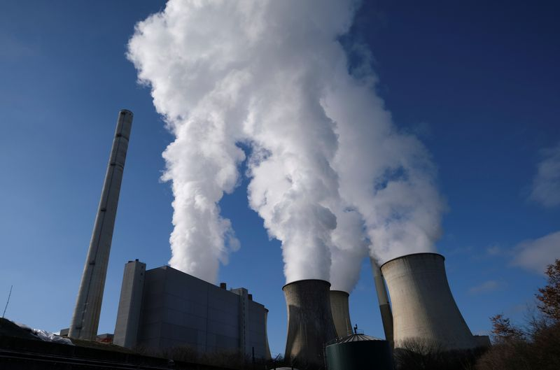 © Reuters. FILE PHOTO: Steam rises from the cooling towers of the lignite power plant complex of German energy supplier and utility RWE in Neurath