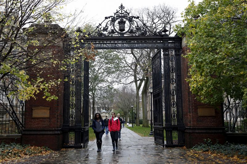 © Reuters. FILE PHOTO: Students walk on the campus of Yale University in New Haven, Connecticut