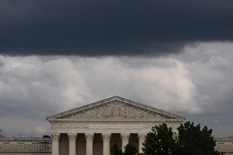 © Reuters. FILE PHOTO: Clouds form over the U.S. Supreme Court in Washington