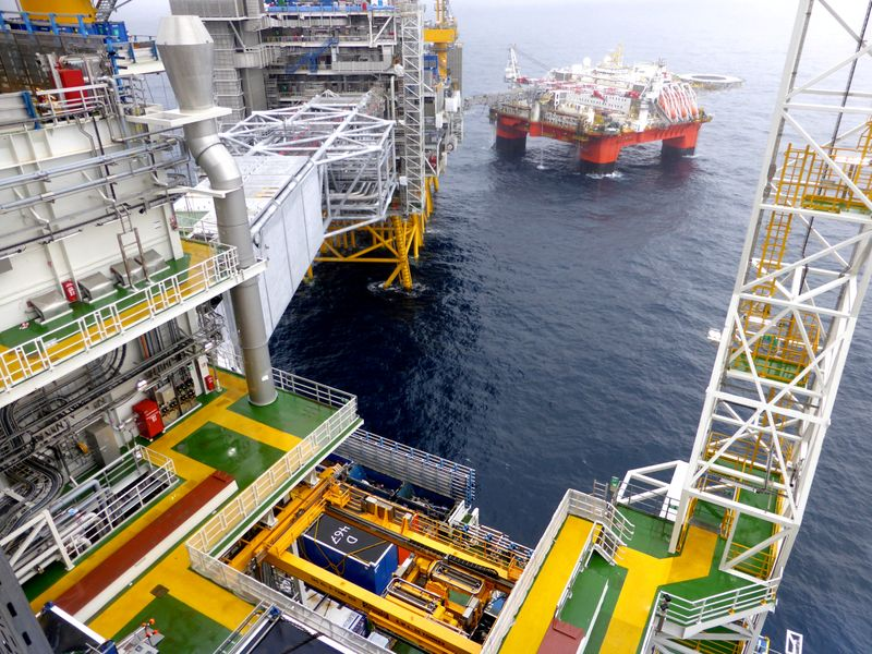 © Reuters. FILE PHOTO: Equinor's oil platform in the Johan Sverdrup oilfield in the North Sea