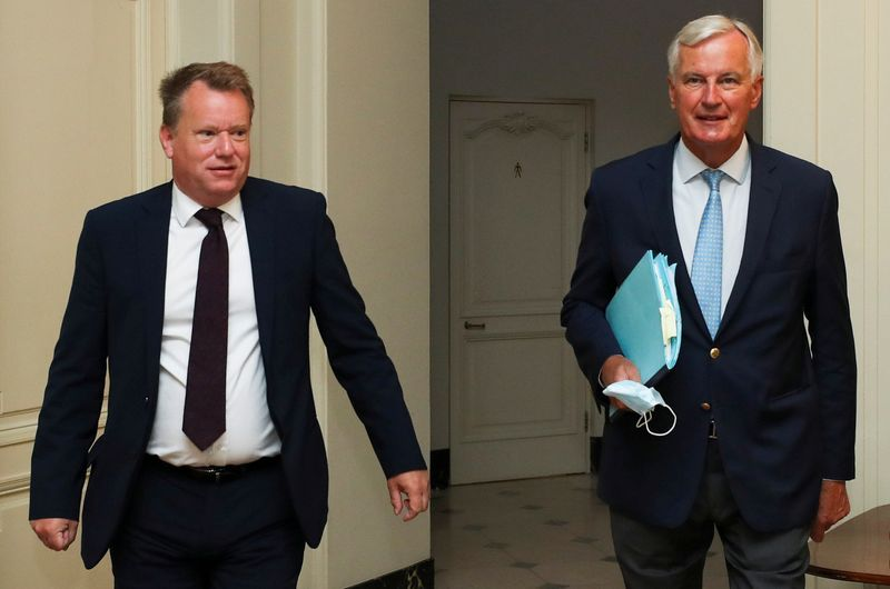 © Reuters. FILE PHOTO: Britain's chief negotiator David Frost and EU's Brexit negotiator Michel Barnier arrive for a meeting, in Brussels
