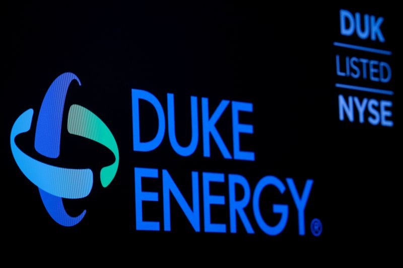 © Reuters. FILE PHOTO: The company logo and ticker for Duke Energy Corp. is displayed on a screen on the floor of the NYSE in New York