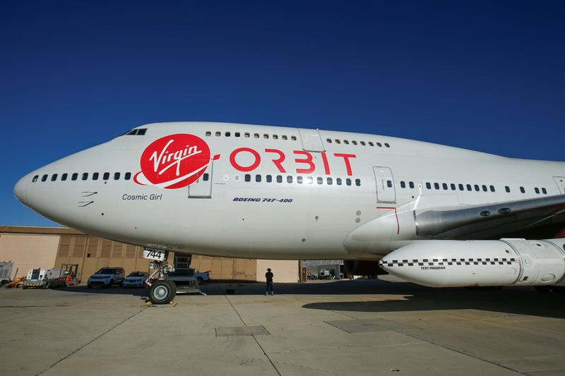 © Reuters. Richard Branson's Virgin Orbit, with a rocket underneath the wing of a modified Boeing 747 jetliner, prior to its takeoff on a key drop test of its high-altitude launch system for satellites from Mojave, California