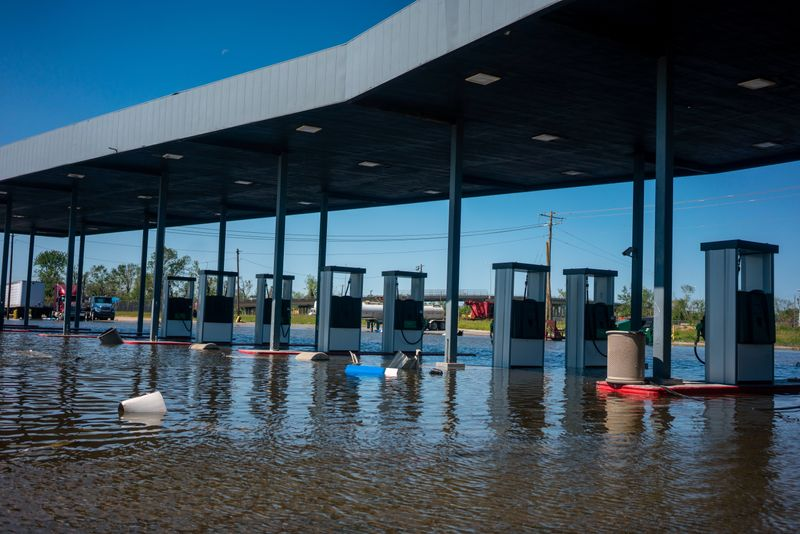 © Reuters. FILE PHOTO: A gas station remains flooded from Hurricane Delta in Lake Charles