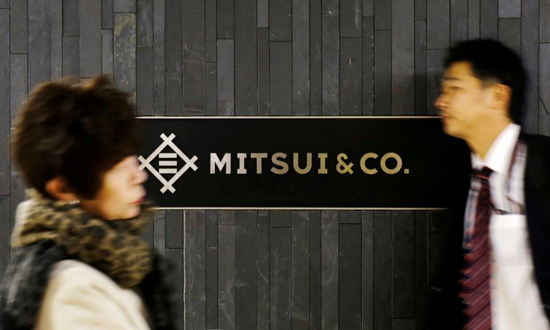 © Reuters. FILE PHOTO: People walk past the logo of Japanese trading company Mitsui & Co in Tokyo