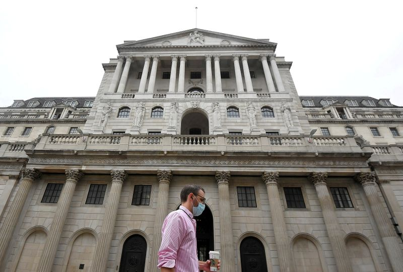 © Reuters. FILE PHOTO: The Bank of England is seen in the City of London