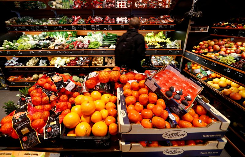 © Reuters. FILE PHOTO: Full shelves with fruits are pictured in a supermarket during the spread of the coronavirus disease (COVID-19) in Berlin