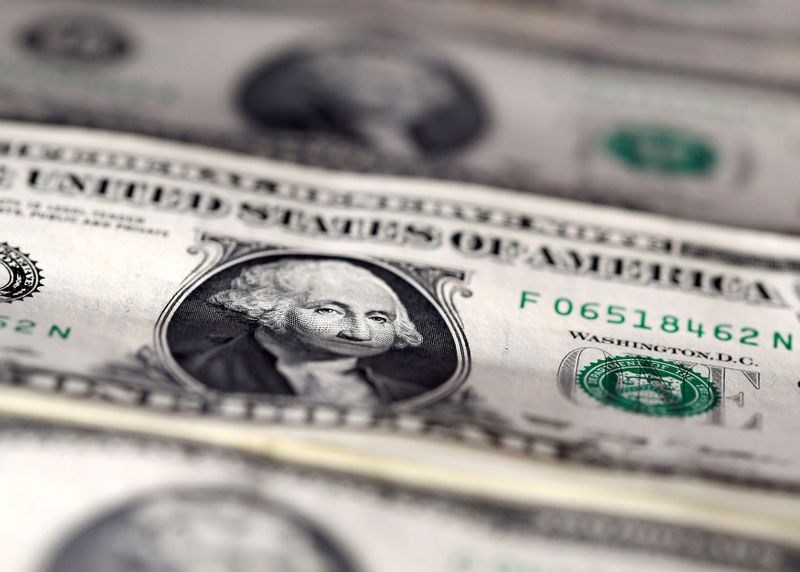 © Reuters. FILE PHOTO: FILE PHOTO: U.S. dollar notes are seen in this picture illustration