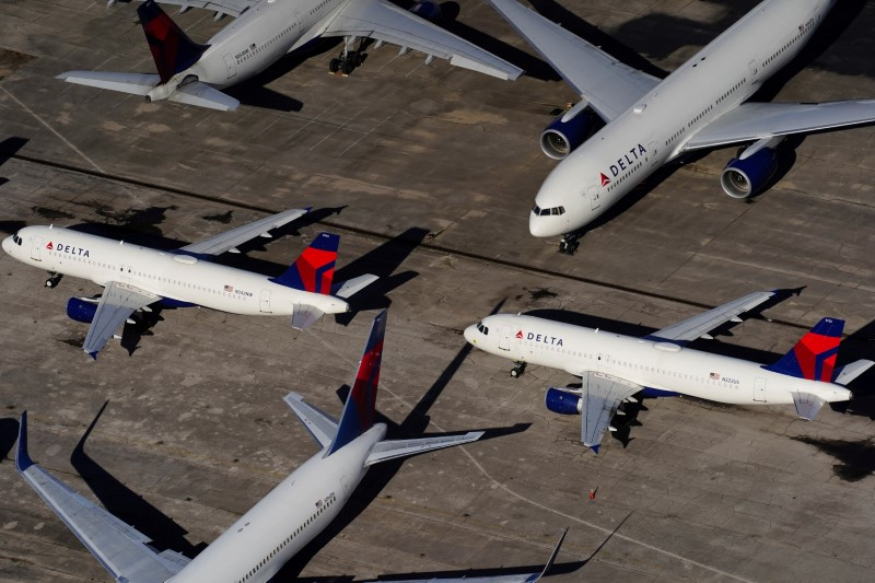 © Reuters. FILE PHOTO: Delta Air Lines passenger planes parked in Birmingham