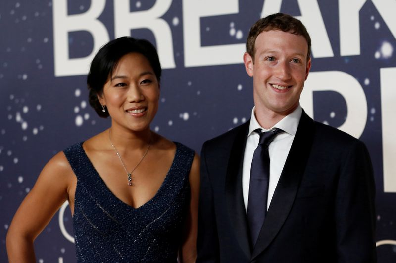 © Reuters. FILE PHOTO: Mark Zuckerberg, founder and CEO of Facebook, and wife Priscilla Chan arrive on the red carpet during the 2nd annual Breakthrough Prize Award in Mountain View, California