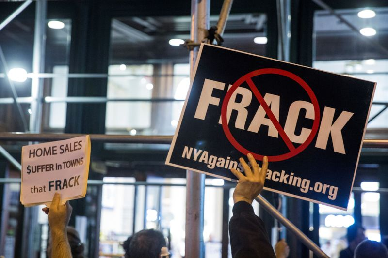 © Reuters. FILE PHOTO: Protesters demonstrate against fracking in New York