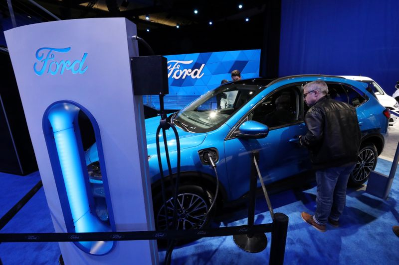 © Reuters. A visitor views a hybrid Ford Escape FWD small SUV at the Canadian International Auto Show in Toronto