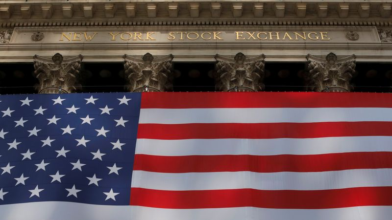 © Reuters. The U.S. flag is seen outside of the New York Stock Exchange (NYSE) in New York City