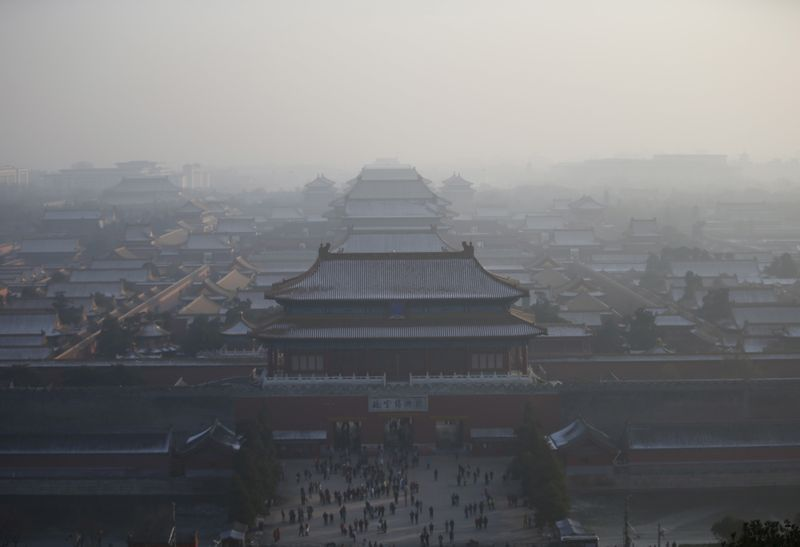 © Reuters. The Forbidden City is seen from the top of Jingshan Park during a heavily polluted day in Beijing