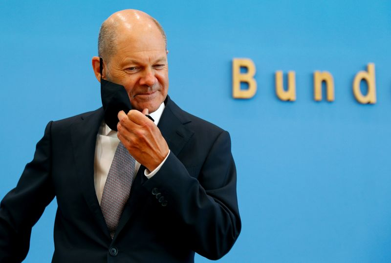 © Reuters. FILE PHOTO: German Finance Minister Olaf Scholz presents the federal government's 2021 draft budget, in Berlin