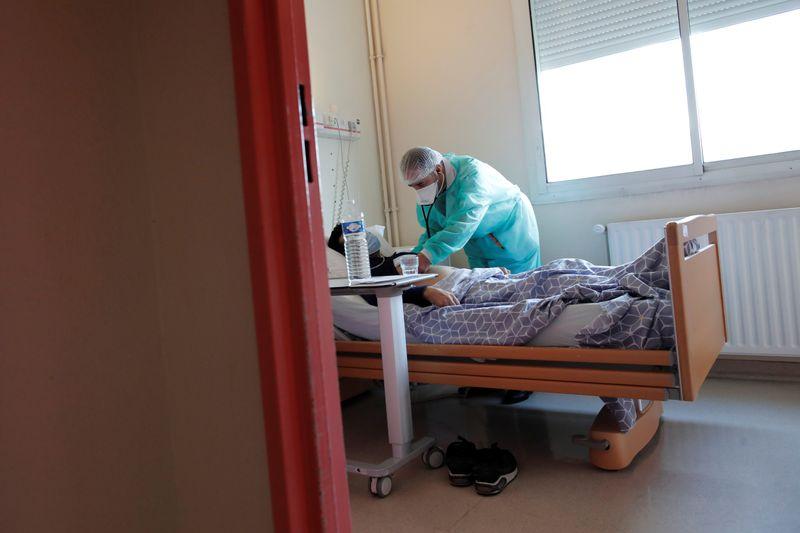 © Reuters. Médico trata de paciente com Covid-19 em hospital em Stains, na França